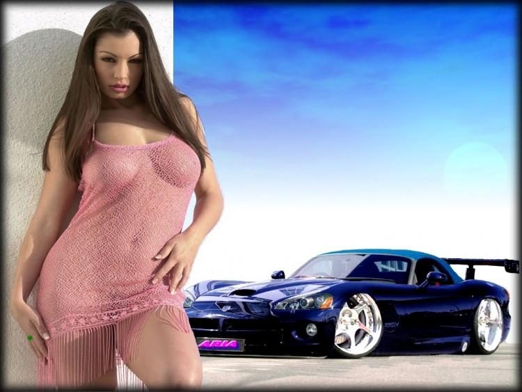 Vido - Une femme nue lave sa voiture de sport