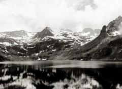 Fonds d'écran Voyages : Europe Lac Bleu en noir et blanc