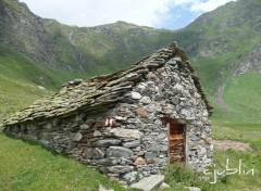 Fonds d'écran Constructions et architecture un abri dans la montagne