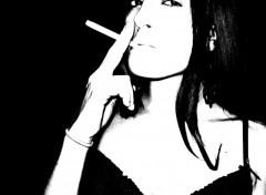 Fonds d'écran Art - Numérique femme féminité noir et blanc cigarette clope dénudé