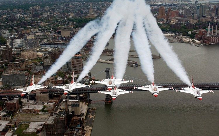 Fonds d'écran Avions Meetings aériens F-16 Fighting Falcons U.S. Air Force Thunderbirds over New York City