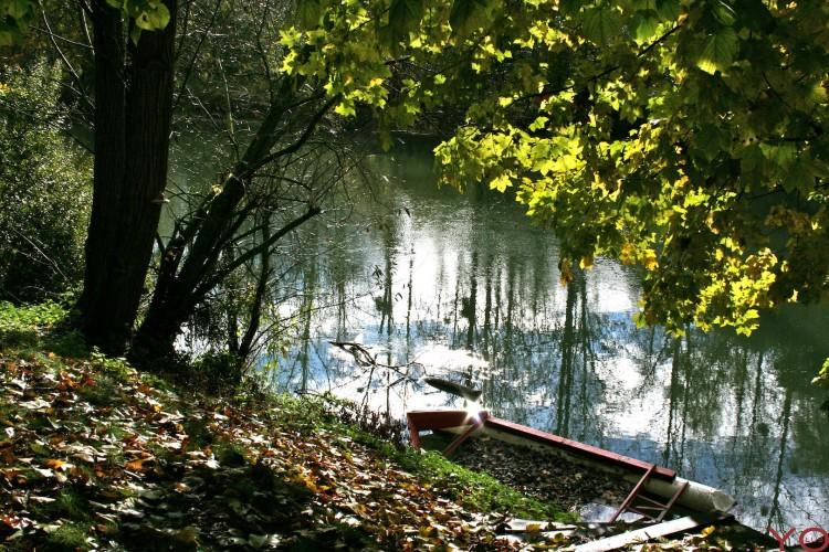 Fonds d'écran Nature Fleuves - Rivières - Torrents Une barque, une rivière et le soleil