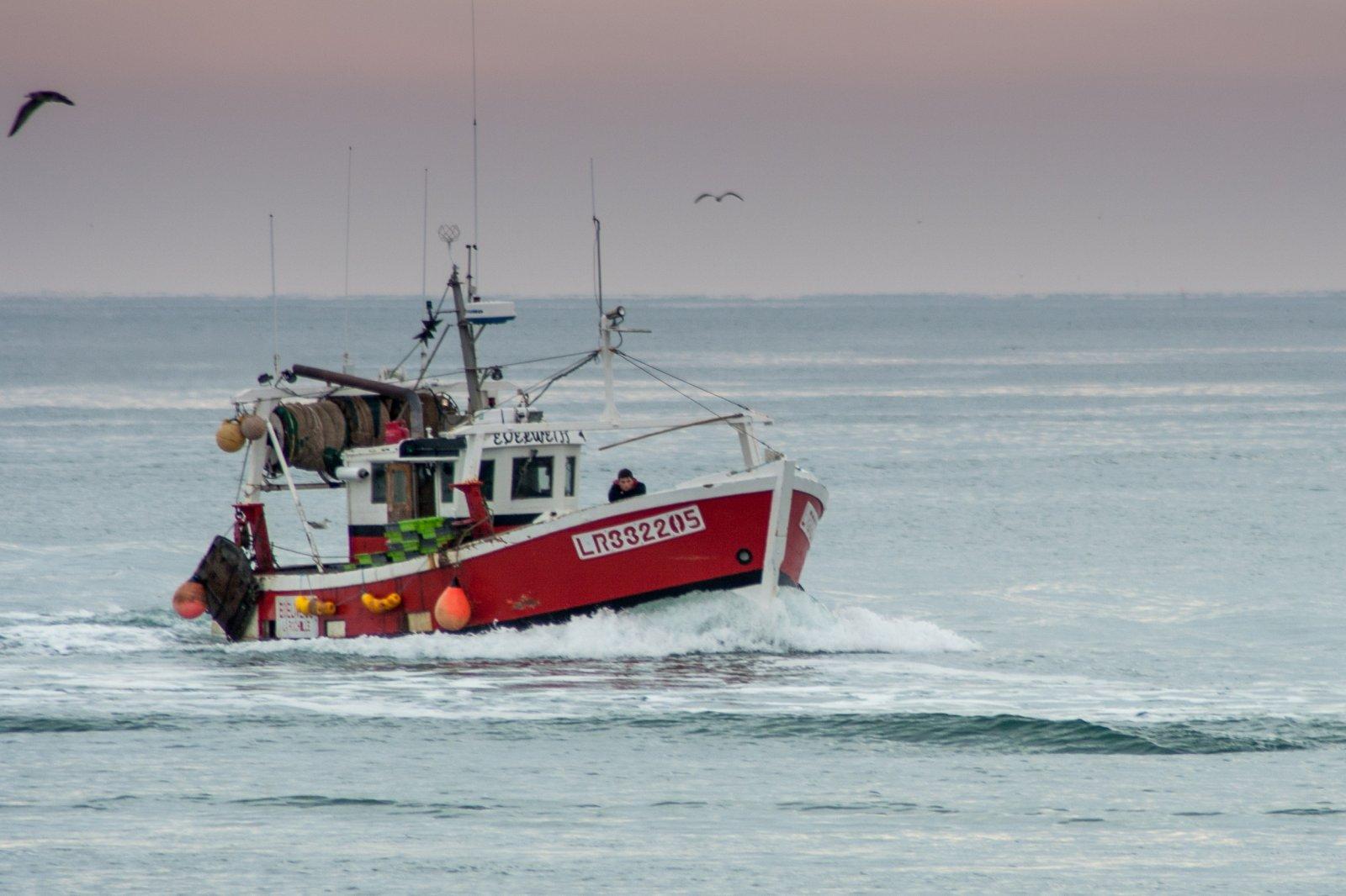 Fonds d'écran Bateaux Bateaux de pêche une autre photo de retour de pêche avec un bateau rouge.....