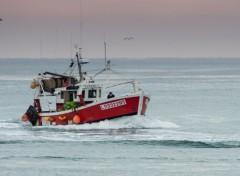 Bateaux une autre photo de retour de pêche avec un bateau rouge.....