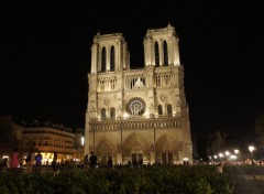 Constructions and architecture La cathédrale Notre-Dame de Paris de nuit .
