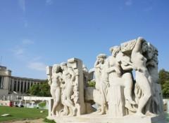 Constructions and architecture Plusieurs  sculptures et statues du Trocadéro.