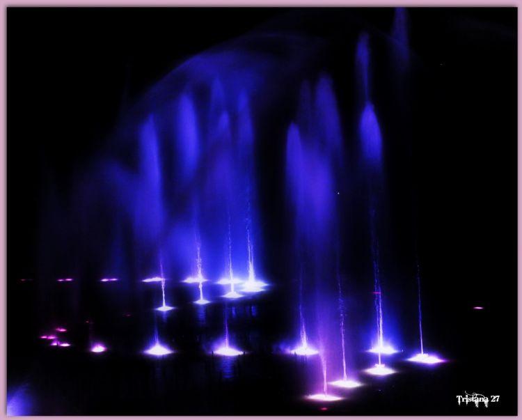 Wallpapers Constructions and architecture Fountains - Water Jets Jeux de lumière sur l'eau...