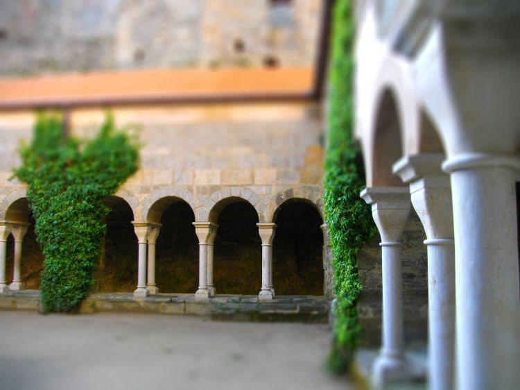 Fonds d'écran Constructions et architecture Edifices Religieux cloître d'une ancienne abbaye