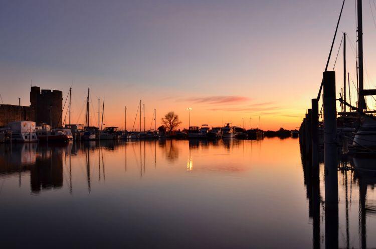 Fonds d'écran Constructions et architecture Ports - Quais Sur le canal (du Rhône à Sète) à Aigues-Mortes