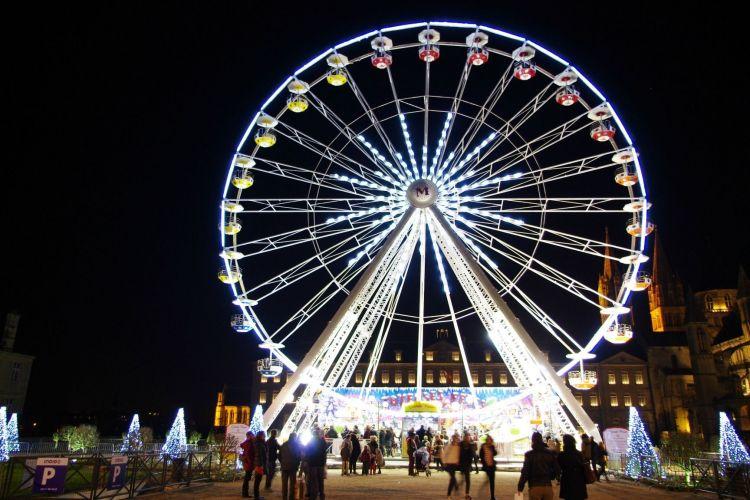 Wallpapers Constructions and architecture Amusement Parks > Funfairs Grande Roue illuminée de nuit